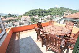 Балкон. Черногория, Мельине : Апартамент с 2-мя спальнями, с большим балконом с видом на море, 80 метров до пляжа