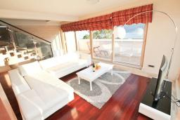Гостиная. Черногория, Игало : Шикарный пентхаус для 6-8 человек, с большой гостиной, с 3-мя отдельными спальнями, с 3-мя ванными комнатами, с большим балконом с видом на море, 30 метров до пляжа