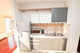 Кухня. Черногория, Игало : Шикарный пентхаус для 6-8 человек, с большой гостиной, с 3-мя отдельными спальнями, с 3-мя ванными комнатами, с большим балконом с видом на море, 30 метров до пляжа