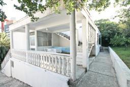 Фасад дома. Продается дом в центре Игало. 200м2, участок 615м2, гостиная, 8 спален, 4 ванные комнаты, 70 метров до моря. Цена - 260'000 Евро. в Игало