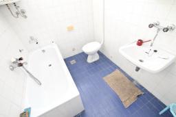 Ванная комната. Продается дом в центре Игало. 200м2, участок 615м2, гостиная, 8 спален, 4 ванные комнаты, 70 метров до моря. Цена - 260'000 Евро. в Игало