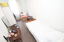 Спальня. Продается дом в центре Игало. 200м2, участок 615м2, гостиная, 8 спален, 4 ванные комнаты, 70 метров до моря. Цена - 260'000 Евро. в Игало