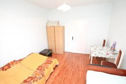 Спальня 2. Продается дом в центре Игало. 200м2, участок 615м2, гостиная, 8 спален, 4 ванные комнаты, 70 метров до моря. Цена - 260'000 Евро. в Игало