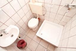 Ванная комната. Черногория, Герцег-Нови : Студия для 1-2 человек с балконом и видом на море