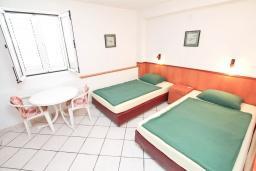 Спальня. Черногория, Герцег-Нови : Комната для 2 человек, с общей кухней и террасой