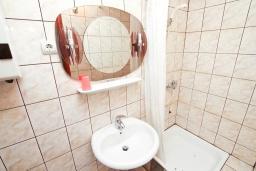 Ванная комната. Черногория, Герцег-Нови : Комната для 2 человек, с общей кухней и террасой
