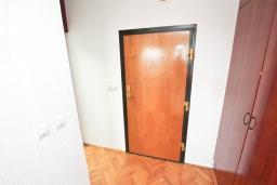 Коридор. Черногория, Герцег-Нови : Апартамент с большой гостиной, с 3-мя отдельными спальнями, с большим балконом с видом на море
