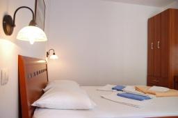 Спальня. Черногория, Петровац : Апартамент с отдельной спальней, с террасой, 100 метров до моря