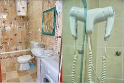 Ванная комната. Черногория, Петровац : Апартамент с отдельной спальней, с террасой, 100 метров до моря