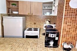 Кухня. Черногория, Петровац : Апартамент с отдельной спальней, с террасой, 100 метров до моря