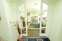 Гостиная. Черногория, Зеленика : 2-х этажный, каменный дом с гостиной, столовой с кухней, с 2-мя отдельными спальнями, с ванной комнатой, с большой террасой