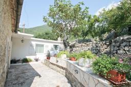 Территория. Черногория, Зеленика : 2-х этажный, каменный дом с гостиной, столовой с кухней, с 2-мя отдельными спальнями, с ванной комнатой, с большой террасой