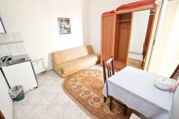 Гостиная. Черногория, Святой Стефан : Апартамент для 2-3 человек, с отдельной спальней, с балконом с видом на море