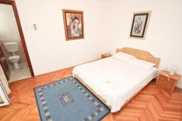 Спальня. Черногория, Святой Стефан : Апартамент для 2-3 человек, с отдельной спальней, с балконом с видом на море