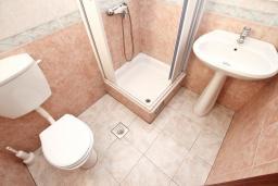 Ванная комната. Черногория, Святой Стефан : Апартамент для 2-3 человек, с отдельной спальней, с балконом с видом на море