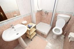 Ванная комната. Черногория, Святой Стефан : Студия с видом на море