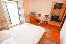 Студия (гостиная+кухня). Черногория, Святой Стефан : Студия с видом на море на вилле с бассейном