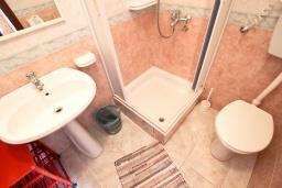 Ванная комната. Черногория, Святой Стефан : Студия с видом на море на вилле с бассейном