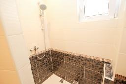 Ванная комната. Черногория, Утеха : Комната для 2 человек, с балконом с видом на море, возле пляжа