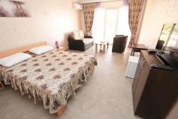 Спальня. Черногория, Утеха : Комната для 3 человек, с балконом с видом на море, возле пляжа
