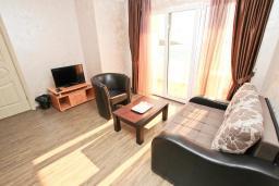 Спальня. Черногория, Утеха : Комната для 2-3 человек, с балконом с видом на море, возле пляжа