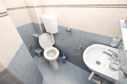 Ванная комната. Черногория, Утеха : Комната для 2-3 человек, с балконом с видом на море, возле пляжа
