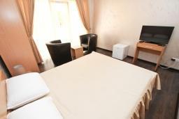 Спальня. Черногория, Утеха : Апартамент с 2-мя отдельными спальнями, с балконом с видом на море, возле пляжа