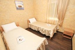 Спальня 2. Черногория, Утеха : Апартамент с 2-мя отдельными спальнями, с балконом с видом на море, возле пляжа