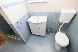 Ванная комната. Черногория, Утеха : Апартамент с 2-мя отдельными спальнями, с балконом с видом на море, возле пляжа