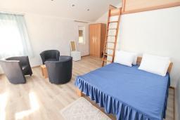 Спальня. Черногория, Утеха : Комната для 4 человек, с балконом с видом на море, возле пляжа