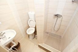 Ванная комната. Черногория, Утеха : Комната для 4 человек, с балконом с видом на море, возле пляжа