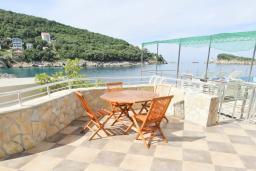 Терраса. Черногория, Утеха : Люкс апартамент с большой гостиной, с отдельной спальней, с террасой с видом на море, возле пляжа