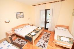 Спальня. Черногория, Кумбор : Апартамент с отдельной спальней, с балконом с видом на море, возле пляжа