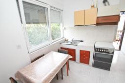 Гостиная. Черногория, Кумбор : Апартамент с отдельной спальней, с балконом с видом на море, возле пляжа