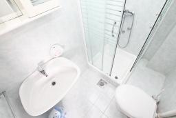 Ванная комната. Черногория, Кумбор : Апартамент с отдельной спальней, с балконом с видом на море, возле пляжа