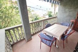 Балкон. Черногория, Кумбор : Апартамент с отдельной спальней, с балконом с видом на море, возле пляжа
