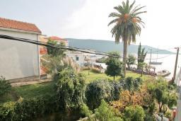 Вид на море. Черногория, Кумбор : Апартамент с отдельной спальней, с балконом с видом на море, возле пляжа