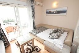 Студия (гостиная+кухня). Черногория, Кумбор : Студия для 3 человек, с балконом с видом на море, возле пляжа