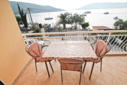 Балкон. Черногория, Кумбор : Студия для 3 человек, с балконом с видом на море, возле пляжа