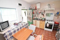 Кухня. Продается дом в центре Игало. 250м2, 10 спален, 3 ванные комнаты, балкон с видом на море, участок 800м2, 80 метров до пляжа. Цена - 1'000'000 Евро. в Игало