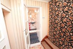 Коридор. Продается дом в центре Игало. 250м2, 10 спален, 3 ванные комнаты, балкон с видом на море, участок 800м2, 80 метров до пляжа. Цена - 1'000'000 Евро. в Игало