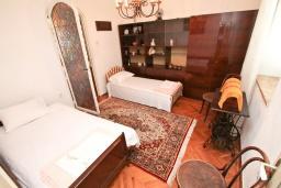 Спальня. Продается дом в центре Игало. 250м2, 10 спален, 3 ванные комнаты, балкон с видом на море, участок 800м2, 80 метров до пляжа. Цена - 1'000'000 Евро. в Игало