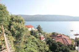 Вид. Черногория, Кумбор : Студия с балконом с шикарным видом на море, 50 метров до пляжа