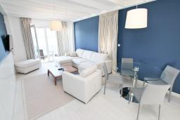 Гостиная. Черногория, Обала Джурашевича : Апартамент с отдельной спальней, с балконом с шикарным видом на море, возле пляжа