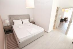 Спальня. Черногория, Обала Джурашевича : Апартамент с отдельной спальней, с террасой с шикарным видом на море, возле пляжа