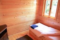 Спальня. Черногория, Герцег-Нови : 2-х этажный дом с большой гостиной, с 5-ю отдельными спальнями, с 2-мя ванными комнатами, с террасой и балконом с видом на море, с местом для барбекю, несколько парковочных мест
