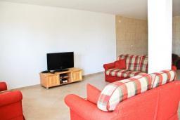 Гостиная. Черногория, Герцег-Нови : 2-х этажный дом с большой гостиной, с 5-ю отдельными спальнями, с 2-мя ванными комнатами, с террасой и балконом с видом на море, с местом для барбекю, несколько парковочных мест