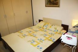 Спальня 2. Черногория, Петровац : Апартамент для 4 человек с двумя отдельными спальнями, с балконом и видом на сад