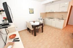 Гостиная. Черногория, Рафаиловичи : Современный апартамент с отдельной спальней, с балконом с видом на море
