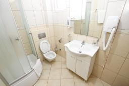 Ванная комната. Черногория, Рафаиловичи : Современный апартамент с отдельной спальней, с балконом с видом на море